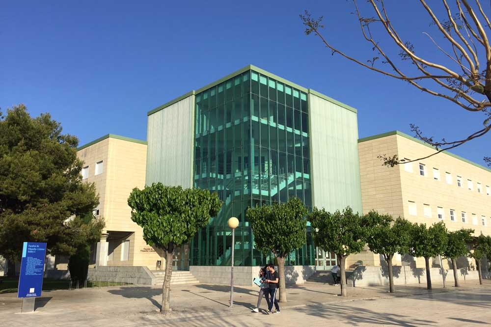 Facultad de Filosofía y Letras de la Universidad de Alicante, cuyos títulos aparecen en la Guía de Grados de Nova Ciencia.