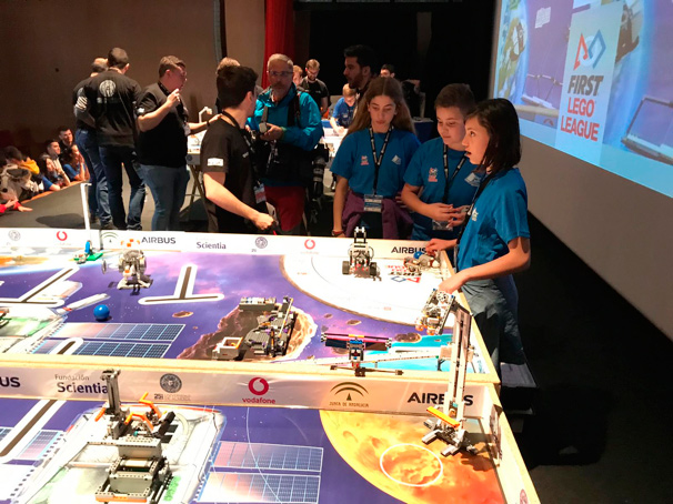 Varios participantes en la First Lego League disputada en la Universidad de Almería.