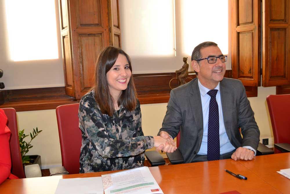 José Luján con la representante de Auxilia.