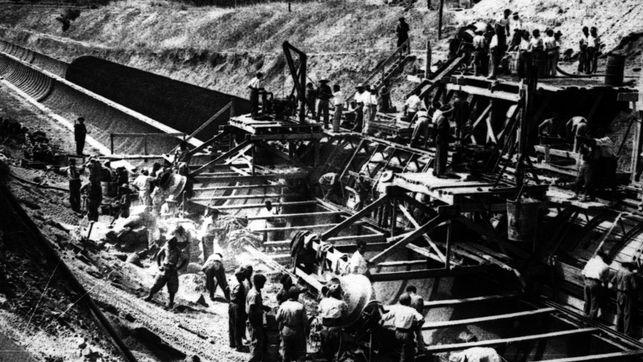 Presos del franquismo haciendo trabajos forzados.