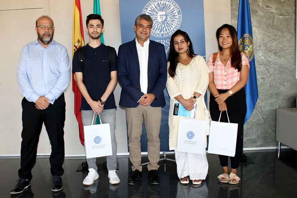 Julián Cuevas (izquierda), con estudiantes internacionales y el rector de la UAL, Carmelo Rodríguez.