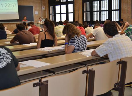 Estudiantes en el examen de acceso a la universidad.