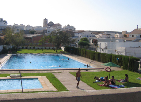 Los vecinos de lucainena combaten el calor en su piscina for Piscina municipal almeria