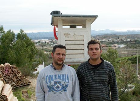 Los hermanos maestre junto a su observatorio.