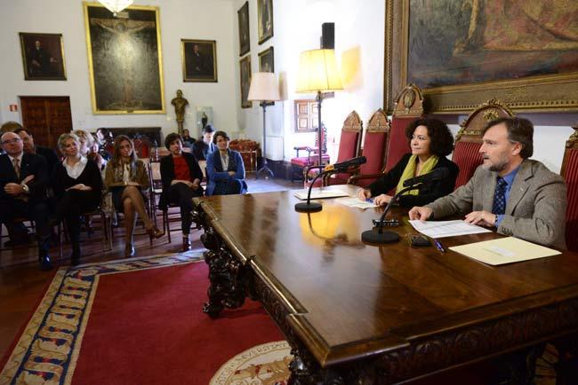 Pilar Aranda y José Fiscal han firmado el convenio.