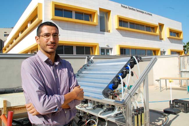 José Luis Casas junto a una estación de fotocatálisis en CIESOL.