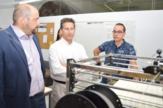 Los creadores de la impresora 3D posan con ella.