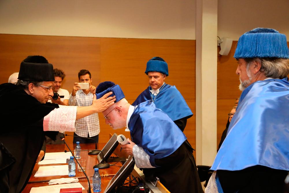 Antonio Luque recibiendo el birrete de honoris causa de la UMA.