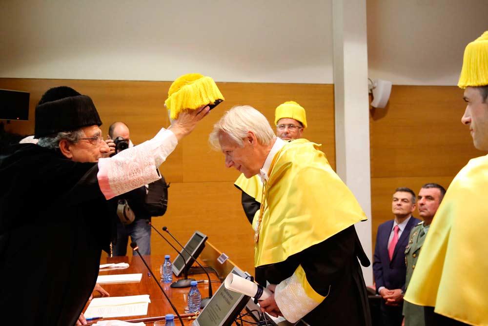 Edmund Neugebauer ha recibido el birrete de honoris causa de manos del rector de la UMA.