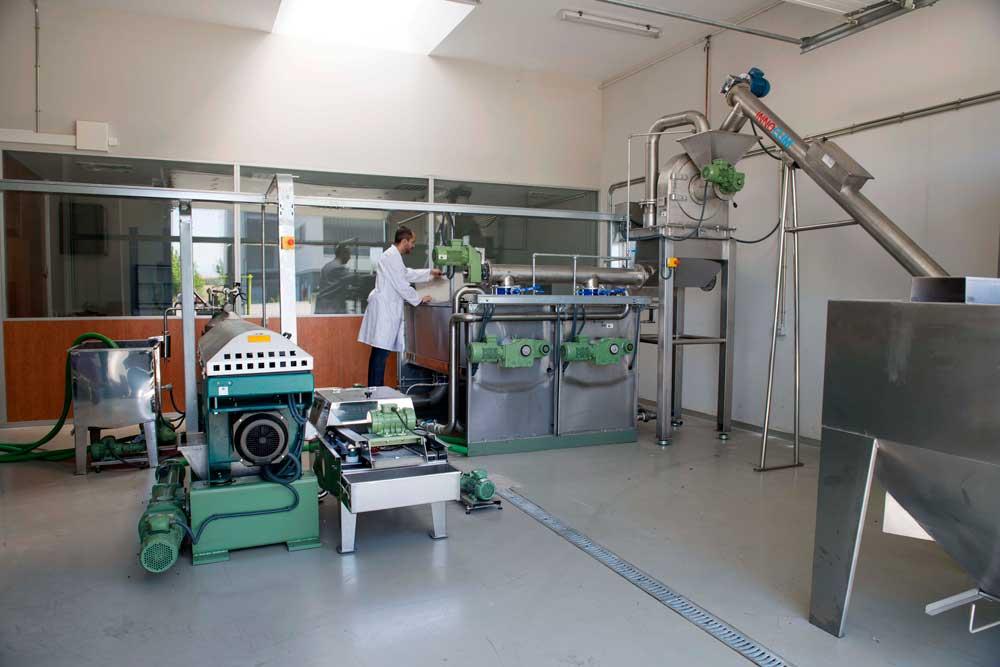 Los investigadores de la UJA prueban sus sensores en el taller.
