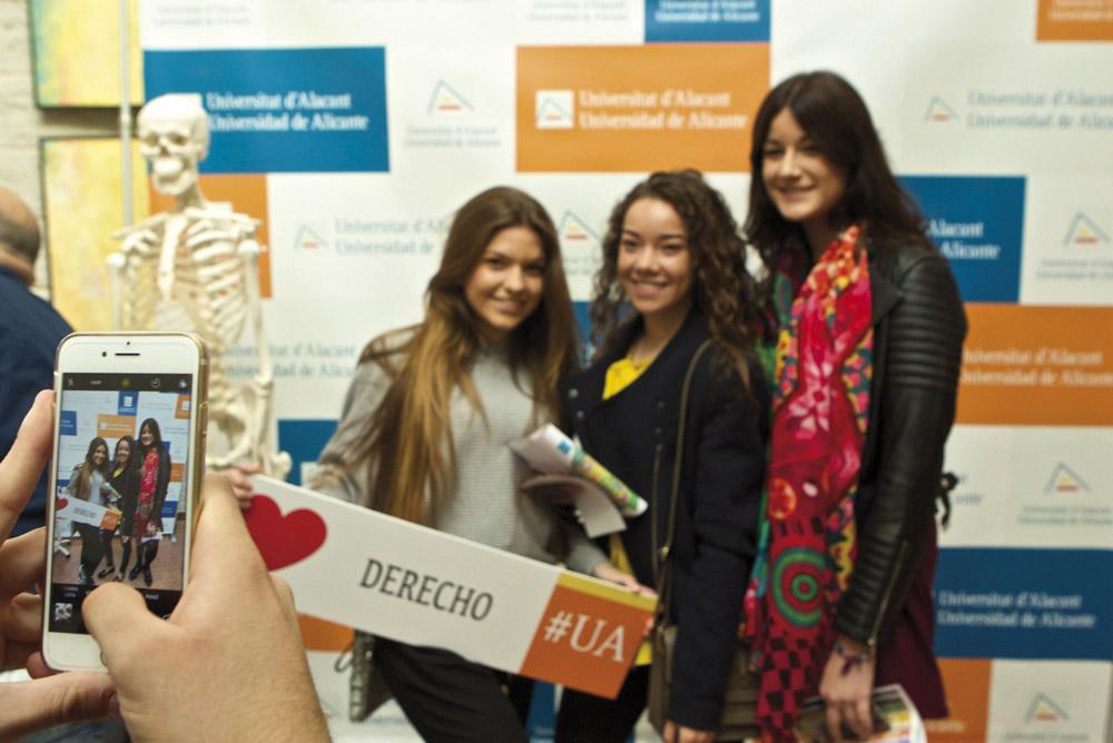 Alumnas de la Facultad de Derecho de la Universidad de Alicante.