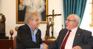 El presidente de la UCAM, José Luis Mendoza (derecha), en la firma del convenio.
