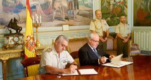 Rúbrica del acuerdo entre la UCAM y Defensa.