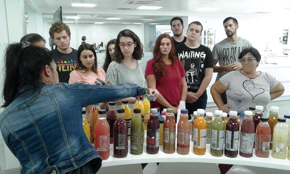 Análisis de bebidas de frutas en Ciencia y Tecnología de los Alimentos.