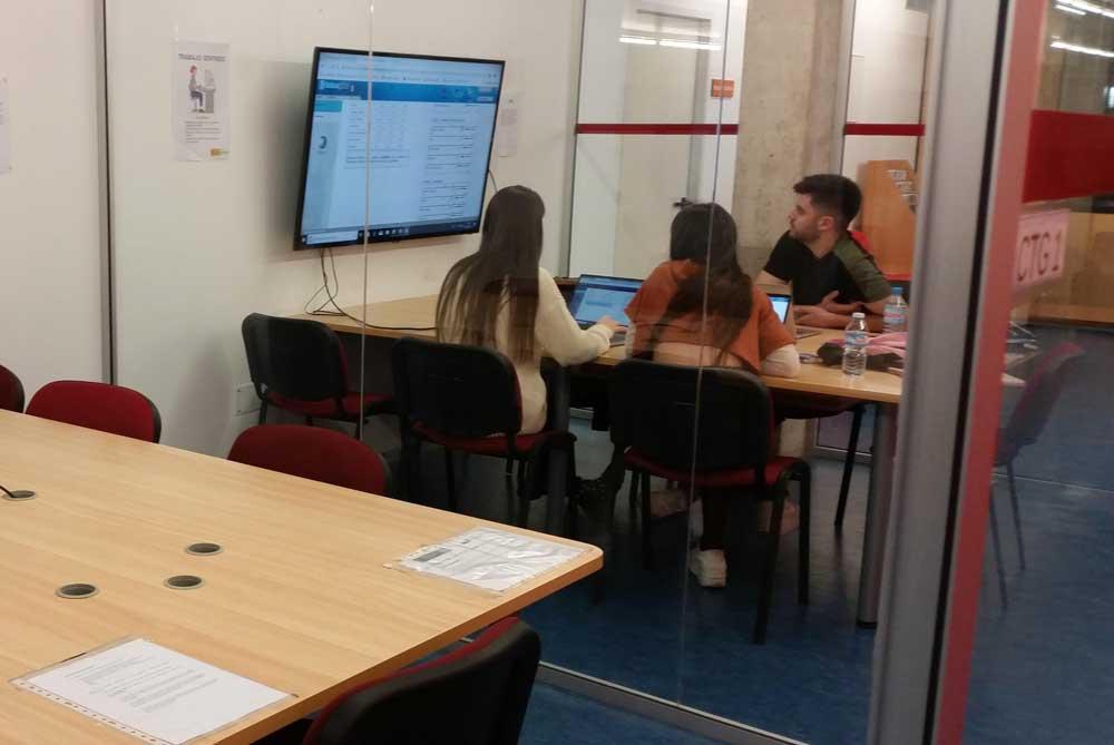 Sala de trabajo de grupo en la Facultad de Economía y Empresa.