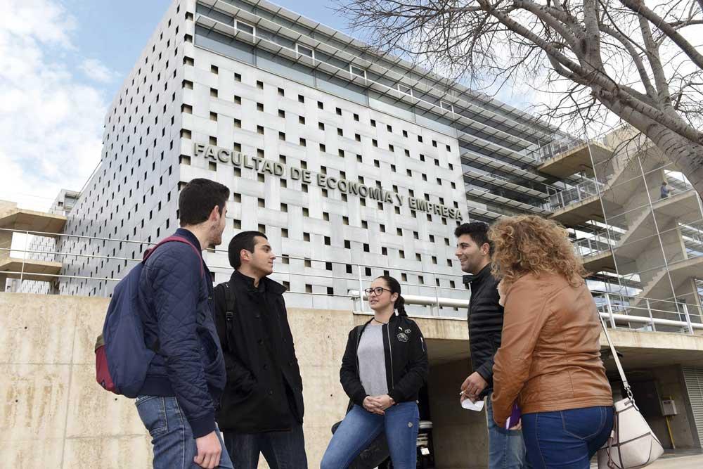 Estudiantes juto a la Facultad de Economía y Empresa de la Universidad de Murcia.