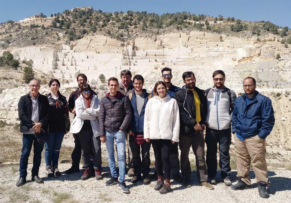 Alumnos del Máster en Geología Aplicada a los Recursos Minerales y Energéticos en una visita a una cantera.