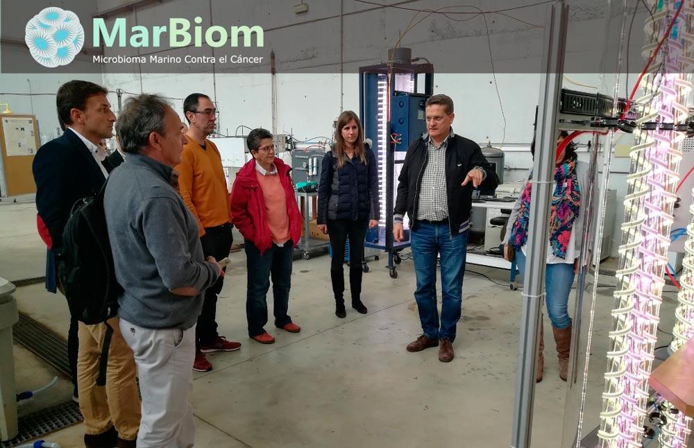 Francisco García Camacho explica los detalles de la instalación de microalgas a otros investigadores de MarBiom.