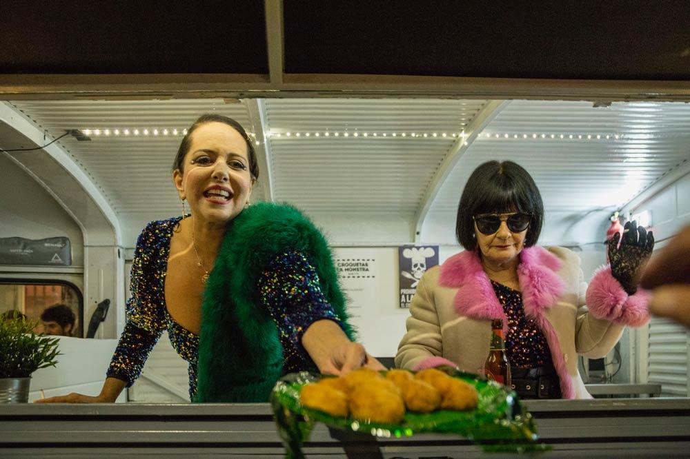 Yolanda Ramos y Tecla Lumbreras llegaron a la inauguración de fancine en una foodtruck.