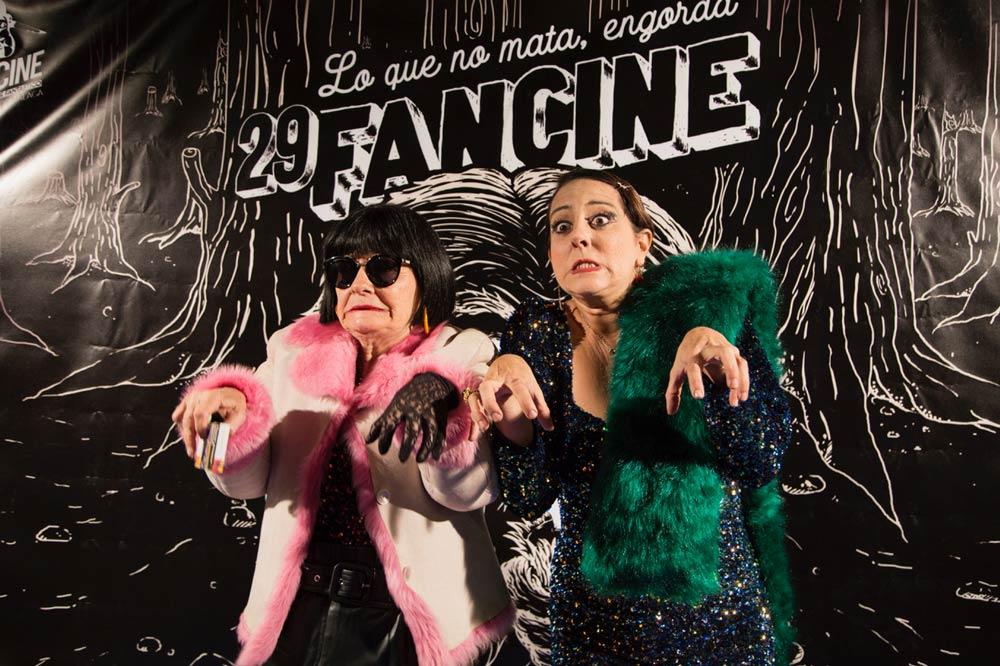 Tecla Lumbreras y Yolanda Ramos delante del cartel de Fancine.