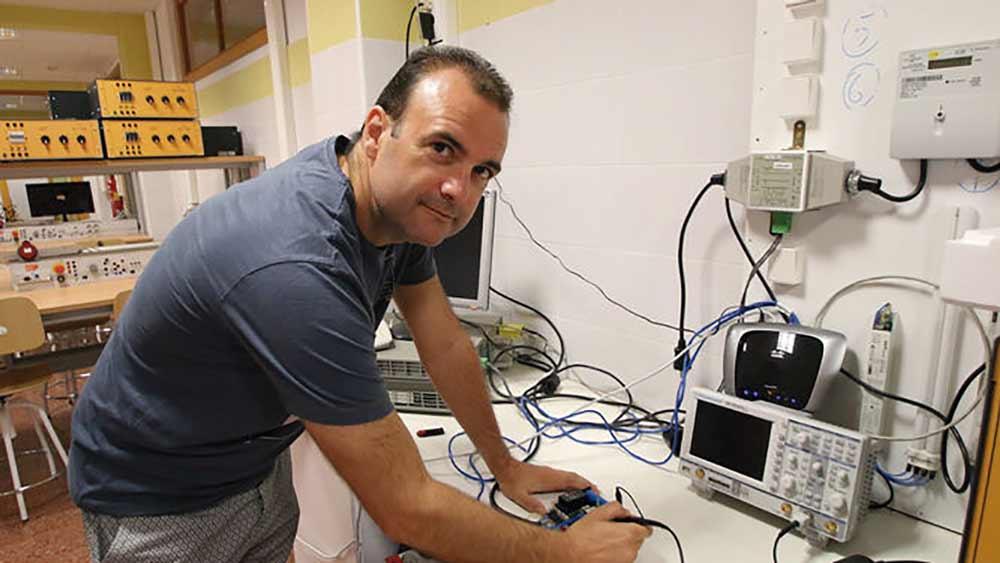 Francisco Gil dirige el equipo que ha desarrollado el contador eléctrico inteligente