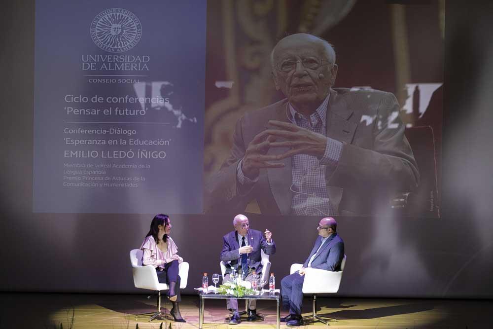 Emilio Lledó, durante su conferencia en la UAL.