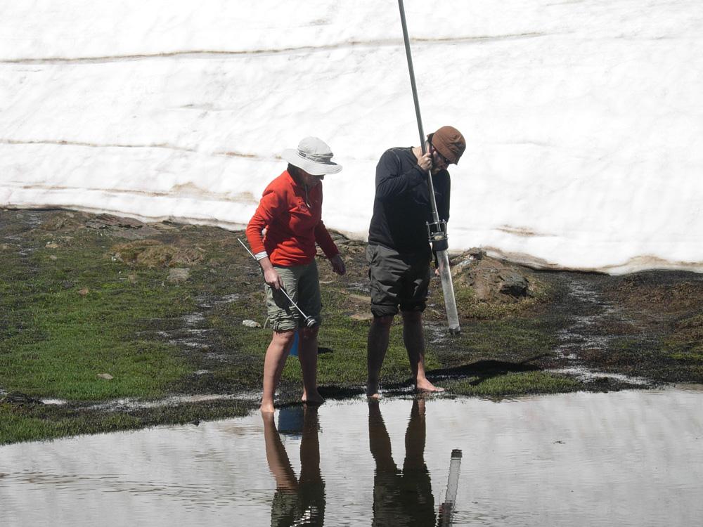 Midiendo la calidad del agua de una laguna de Sierra Nevada.