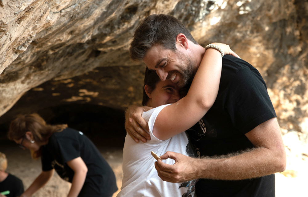 Discapacitados intelectuales colaboran en la excavación de la Cueva del Arco.