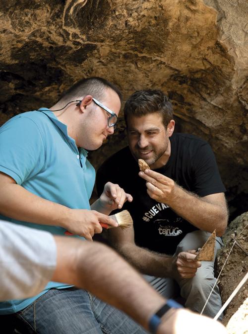 Encuentran una pieza en la Cueva del Arco.
