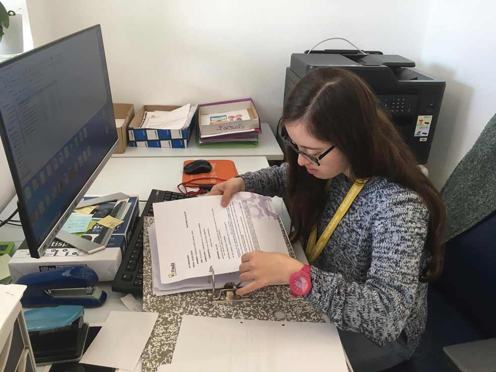 Alumna del programa de inserción laboral de personas con discapacidad  en sus prácticas.