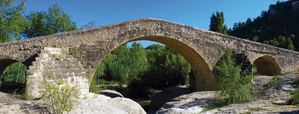 Puente típico de la Europa medieval.