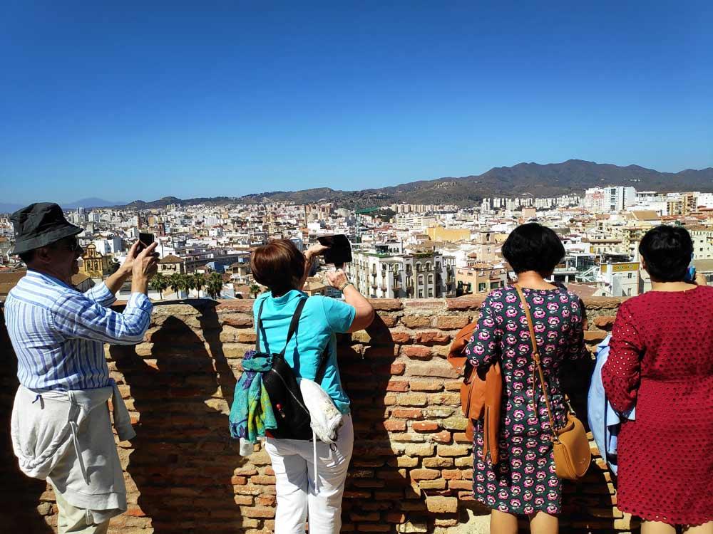 Turistas en Málaga, uno de los grandes destinos andaluces que ha apostado por el turismo sostenible.