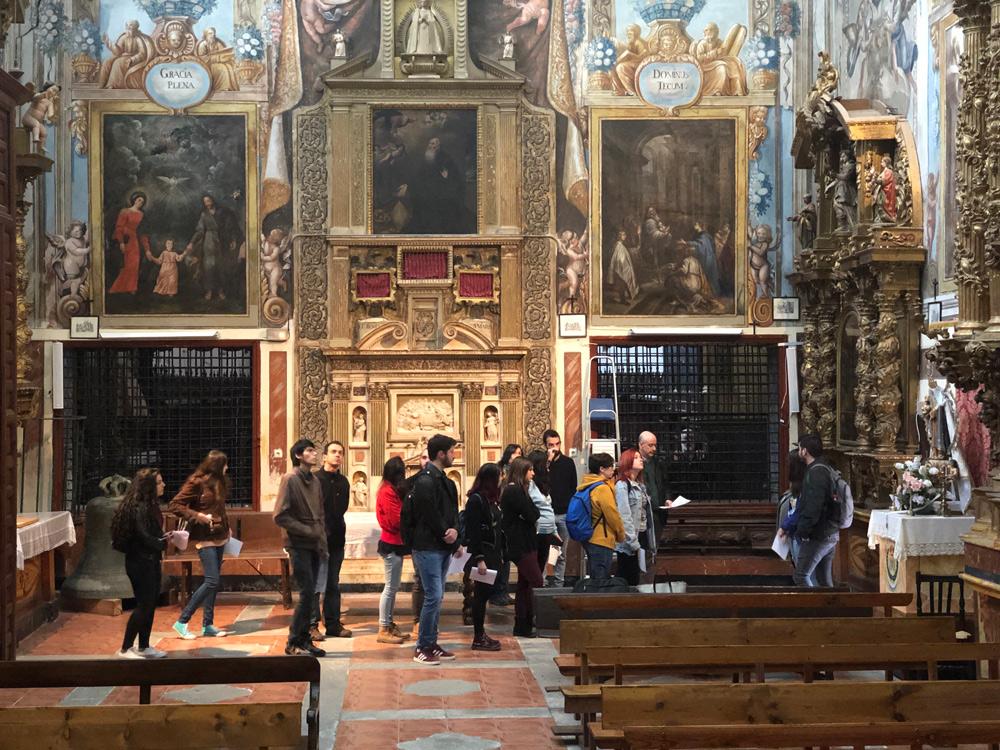 Alumnos del máster en Patrimonio Histórico en la Iglesia de San Clemente de Toledo.