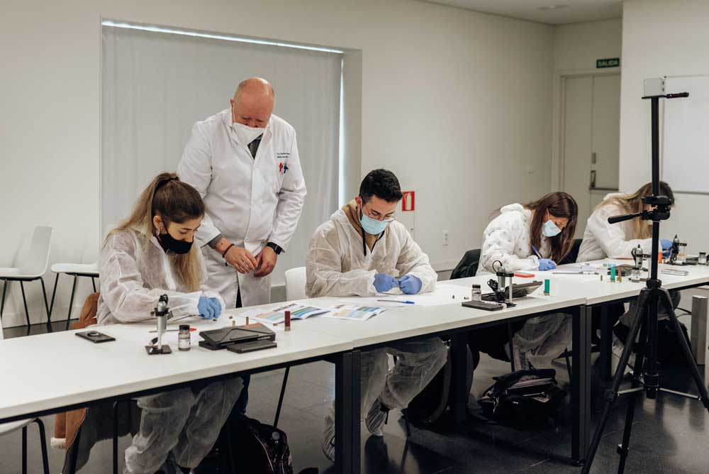 Prácticas de laboratorio para estudiantes de grado en la UGR.