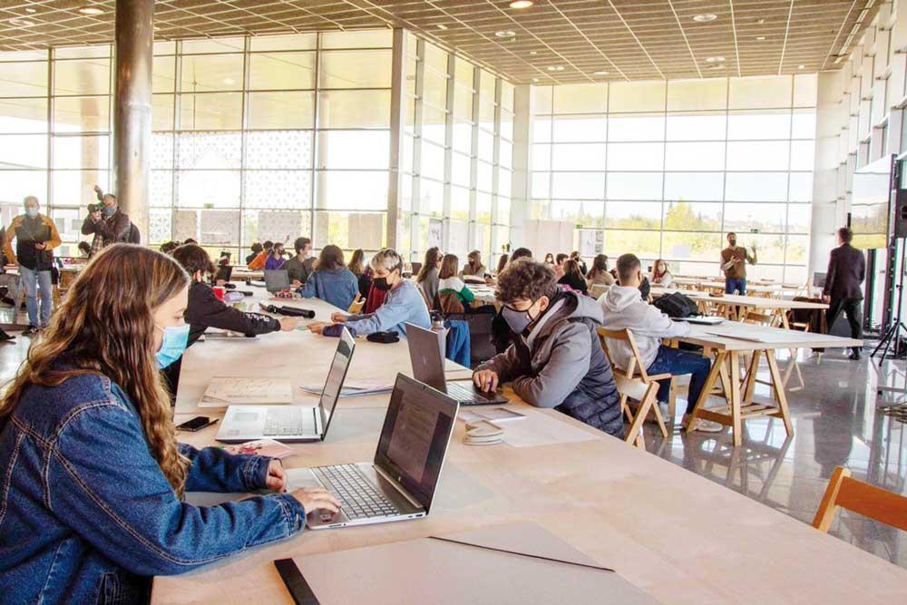 Estudiantes de la Universidad de Castilla-La Mancha en una biblioteca.